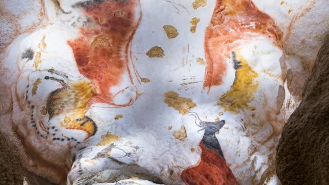 vídeos de stock e filmes b-roll de rock art in the lascaux cave at the international center for parietal art. lascaux iv at montignac in the vézère valley of the dordogne. perigord noir, nouvelle aquitaine, france, europe. unesco world - old illustration