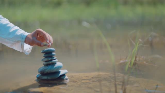 rock balancing - catasta video stock e b–roll