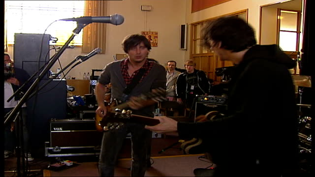 vidéos et rushes de rock band dirty pretty things play gig in pentonville prison int dirty pretty things performing on stage sot - rock moderne