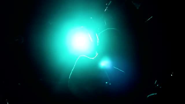 rock band spielt auf der bühne. - moderne rockmusik stock-videos und b-roll-filmmaterial