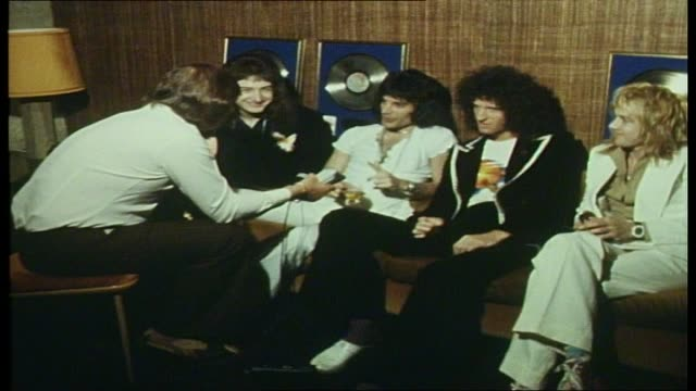 vidéos et rushes de rock band queen sound unlimited interview continued re pop journalism and its condescending manner / cutaways of band paraphanalia - 1976
