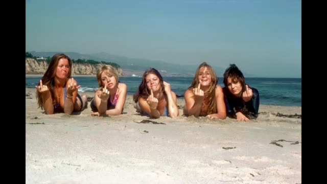 vídeos y material grabado en eventos de stock de gif rock band 'the runaways' pose for a portrait on the beach in april 1976 in los angeles california lita ford cherie currie jackie fox sandy west... - formato de archivo gif