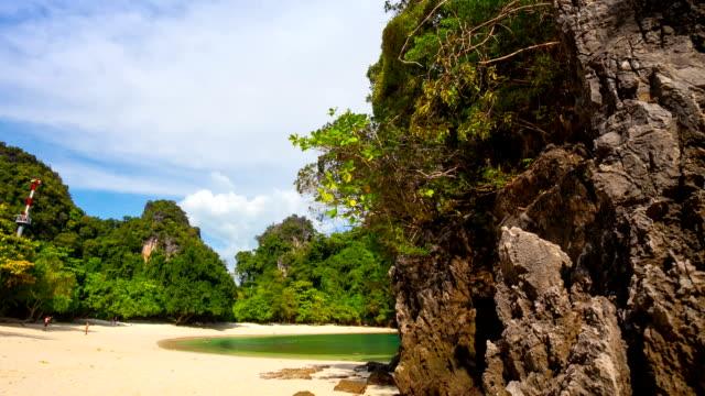 vídeos de stock, filmes e b-roll de rock ao lado da praia - província de krabi