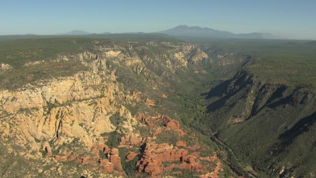 vídeos de stock e filmes b-roll de ws aerial rock canyons with trees / sedona, arizona, united states  - arenito