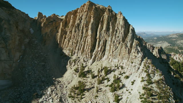 vídeos de stock, filmes e b-roll de rock cliffs in sierra nevada mountains - sierra nevada da califórnia