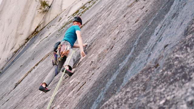 rock climb on stawamus chief grand wall - ロッククライミング点の映像素材/bロール