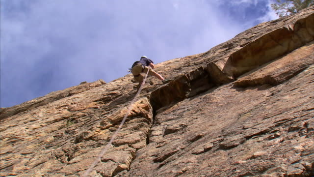 ws la zo rock climber climbing cliff / provo, utah, usa - zoom out stock videos & royalty-free footage