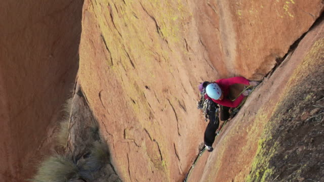 stockvideo's en b-roll-footage met ws ha rock climber climbing mountain, uis, damaraland, namibia - helm apparatuur