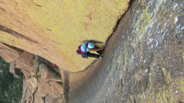 ws ha rock climber climbing mountain, uis, damaraland, namibia - helmet stock videos & royalty-free footage
