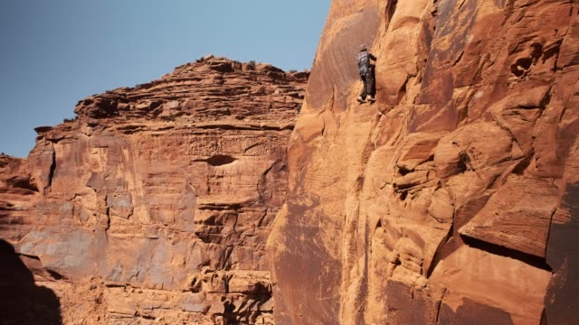 stockvideo's en b-roll-footage met rock klimmer in moab utah - moab utah