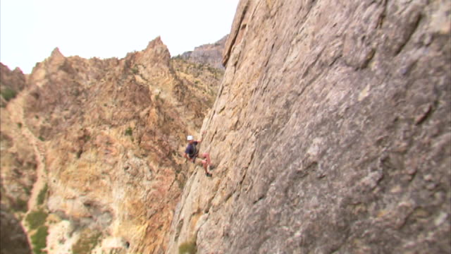 ws rock climber jumping across face of mountain / provo, utah, usa - provo stock videos & royalty-free footage
