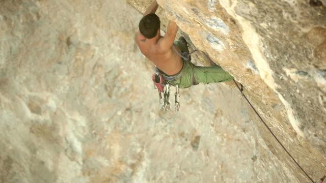 vídeos de stock, filmes e b-roll de alpinista de rock - músculo humano