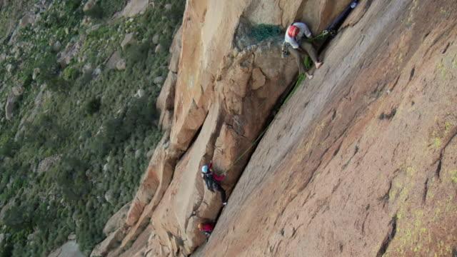ws ha rock climbers climbing mountain, uis, damaraland, namibia - 男性と複数の女性点の映像素材/bロール