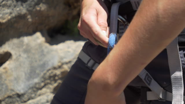 stockvideo's en b-roll-footage met rock climbing detail of a belay device. - touw