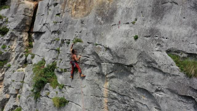 rock climbing in maiella national park, abruzzo, italy - 崖点の映像素材/bロール