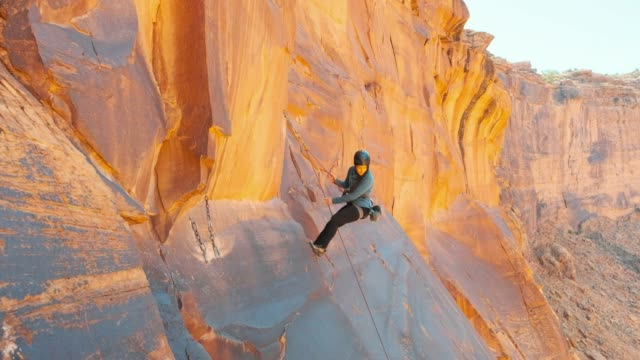 klettern in moab-utah - moab utah stock-videos und b-roll-filmmaterial