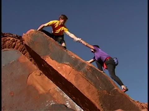 stockvideo's en b-roll-footage met rock climbing - vrij klimmen