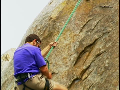 vídeos de stock e filmes b-roll de rock climbing - arnês de segurança