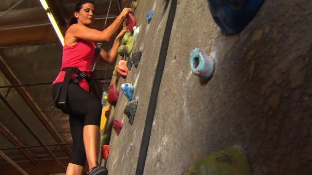 vídeos y material grabado en eventos de stock de rock climbing wall - artículo de montañismo