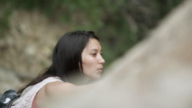 vídeos de stock, filmes e b-roll de rock climbing woman searching for hand holds. shot from above. - corda de escalada