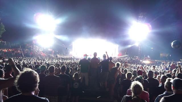 stockvideo's en b-roll-footage met rock concert crowded spectators - rock