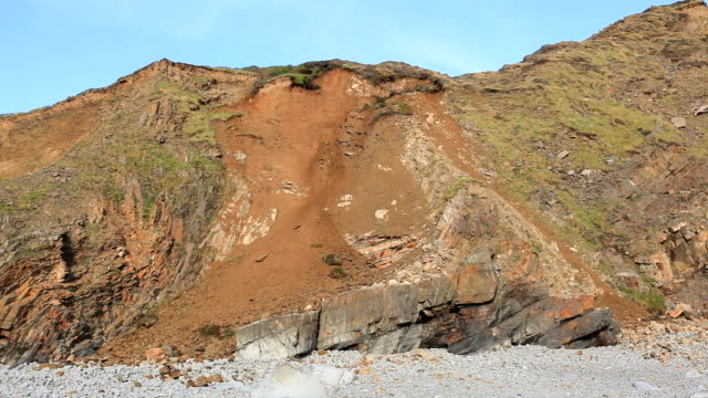 vidéos et rushes de rock face erosion at welcombe mouth beach, cornwall, uk. - érodé