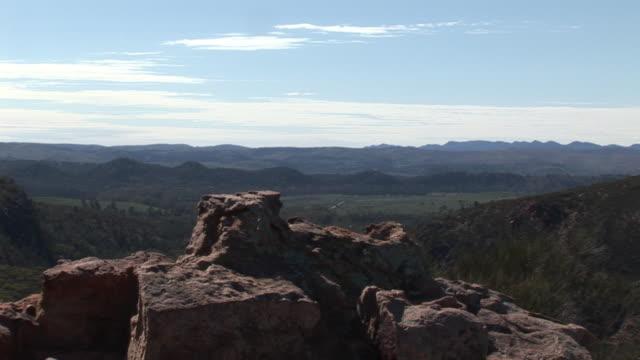 vidéos et rushes de ms rock formationa with wilpena pound in background, flinders ranges national park, south australia, australia - formation rocheuse