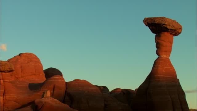 vídeos de stock e filmes b-roll de fast motion, ms, rock formations against sky, day to dusk, utah, usa - pináculo campanário