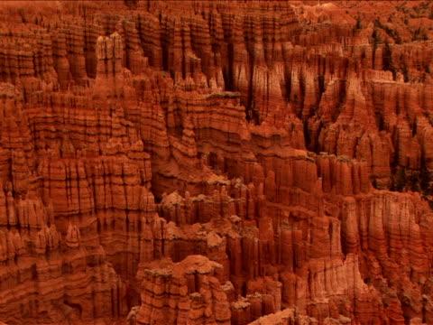 stockvideo's en b-roll-footage met ws, pan, rock formations, bryce canyon national park, utah, usa - zandsteen