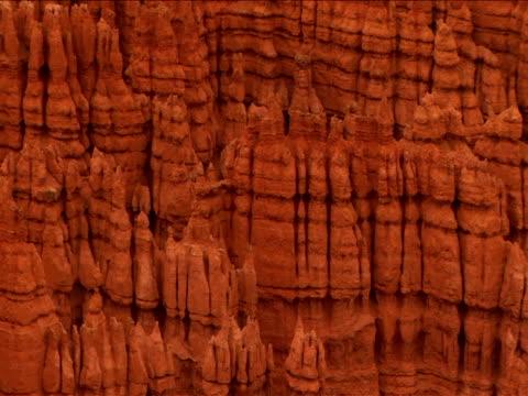 stockvideo's en b-roll-footage met ms, pan, rock formations, bryce canyon national park, utah, usa - zandsteen