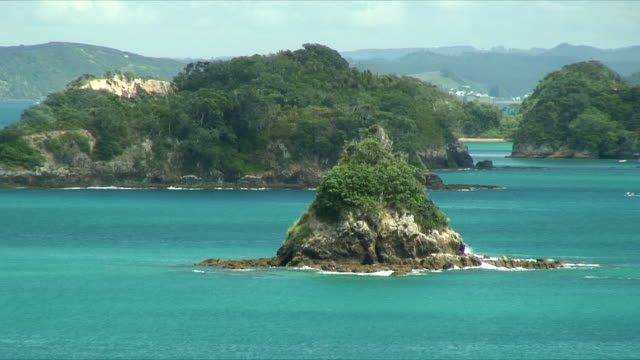 vidéos et rushes de ws zo rock formations in bay, bay of islands, new zealand - bay of islands nouvelle zélande
