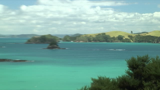 vidéos et rushes de ws zo pan rock formations in bay, bay of islands, new zealand - bay of islands nouvelle zélande