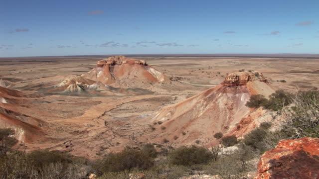 ws pan rock formations in painted desert in south australia, australia - south australia bildbanksvideor och videomaterial från bakom kulisserna