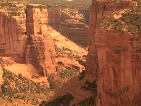 ms, zi, rock formations, mummy cave, canyon del muerto, canyon de chelly national monument, arizona, usa - canyon de chelly national monument stock videos & royalty-free footage