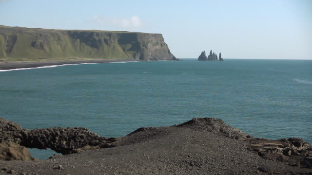 ws rock formations of reynisdrangar / vik, vestur-skaftafellssysla, iceland - orizzonte sull'acqua video stock e b–roll