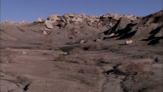rock formations rise above the bisti badlands in new mexico. - bisti badlands stock videos & royalty-free footage