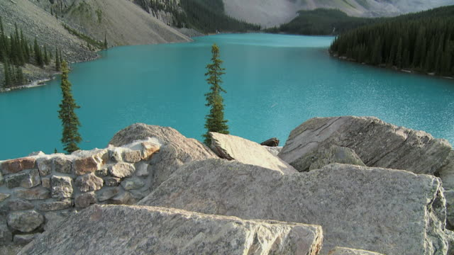cu tu ms rock formations with moraine lake surrounded with mountains in background, valley of the ten peaks, banff national park, alberta, canada - valley of the ten peaks stock videos and b-roll footage