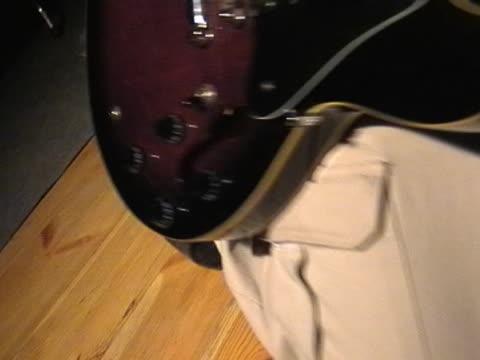rock gitarrist - moderne rockmusik stock-videos und b-roll-filmmaterial