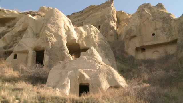 vidéos et rushes de rock houses in cappadocia, turkey - strate géologique