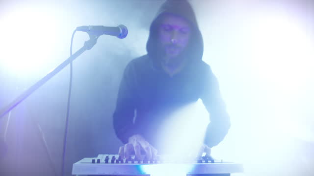stockvideo's en b-roll-footage met rock keyboard player in a live show with stage lights - zanger