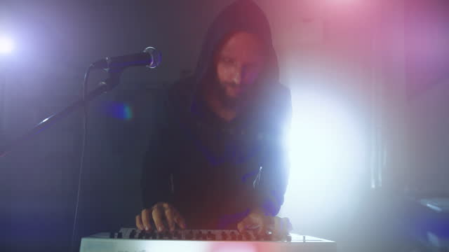 stockvideo's en b-roll-footage met rock keyboard player in a live show with stage lights - rock