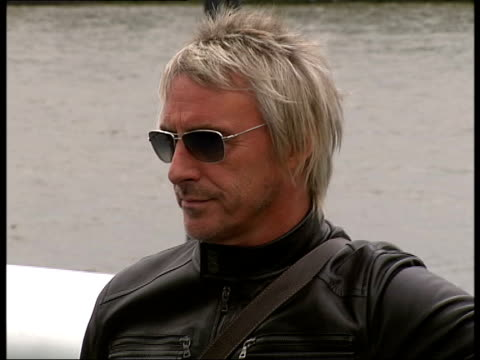 vidéos et rushes de rock music celebrities sign guitars for charity auction photocalls *** beware paul weller posing for photocall next replica guitar artwork signing... - rock moderne