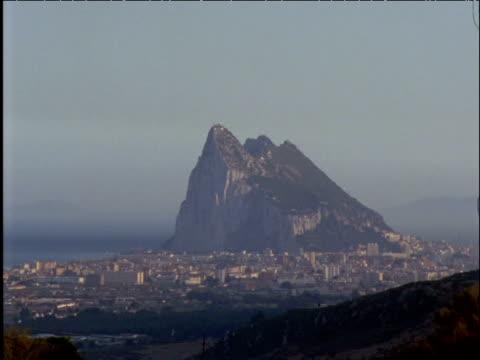 stockvideo's en b-roll-footage met rock of gibraltar looms out of mist - gibraltar iberisch schiereiland