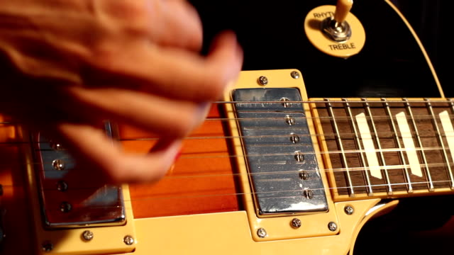 vídeos de stock, filmes e b-roll de rock on! mulher tocando guitarra elétrica - chord