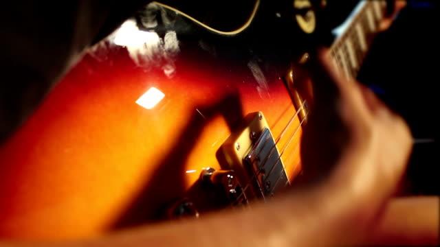 vídeos de stock e filmes b-roll de rock! mulher toca guitarra elétrica - música heavy metal