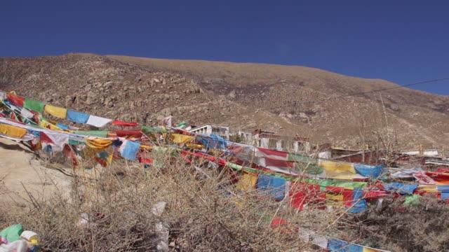 vidéos et rushes de rock painting in drepung monastery, lhasa, tibet - strate géologique