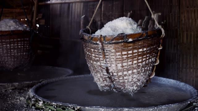 stockvideo's en b-roll-footage met rots zout maken van ondergrondse zout water koken op bo kluea dorp in nan, noordelijk van thailand - noord