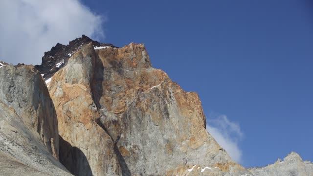 stockvideo's en b-roll-footage met rock scenery from the mirador de las torres in torres del paine national park, patagonia, chile. - graniet