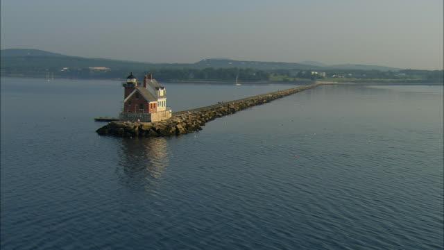low aerial, rockalnd harbor breakwater light, maine, usa - maine bildbanksvideor och videomaterial från bakom kulisserna