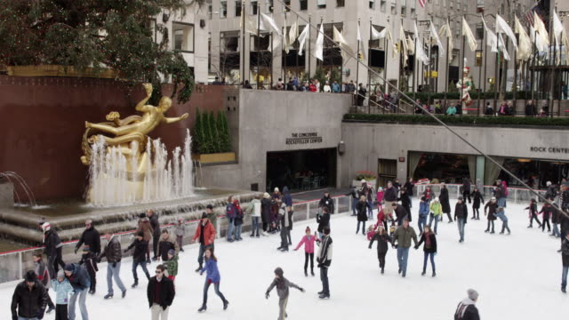 rockefeller center ice skating rink at christmas time, nyc - アイススケート場点の映像素材/bロール